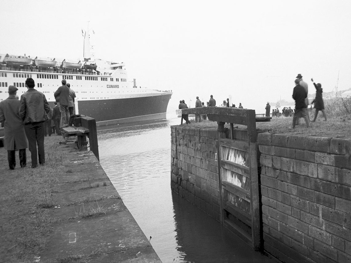 The QE II at Bowling Harbour, 14 November 1968
